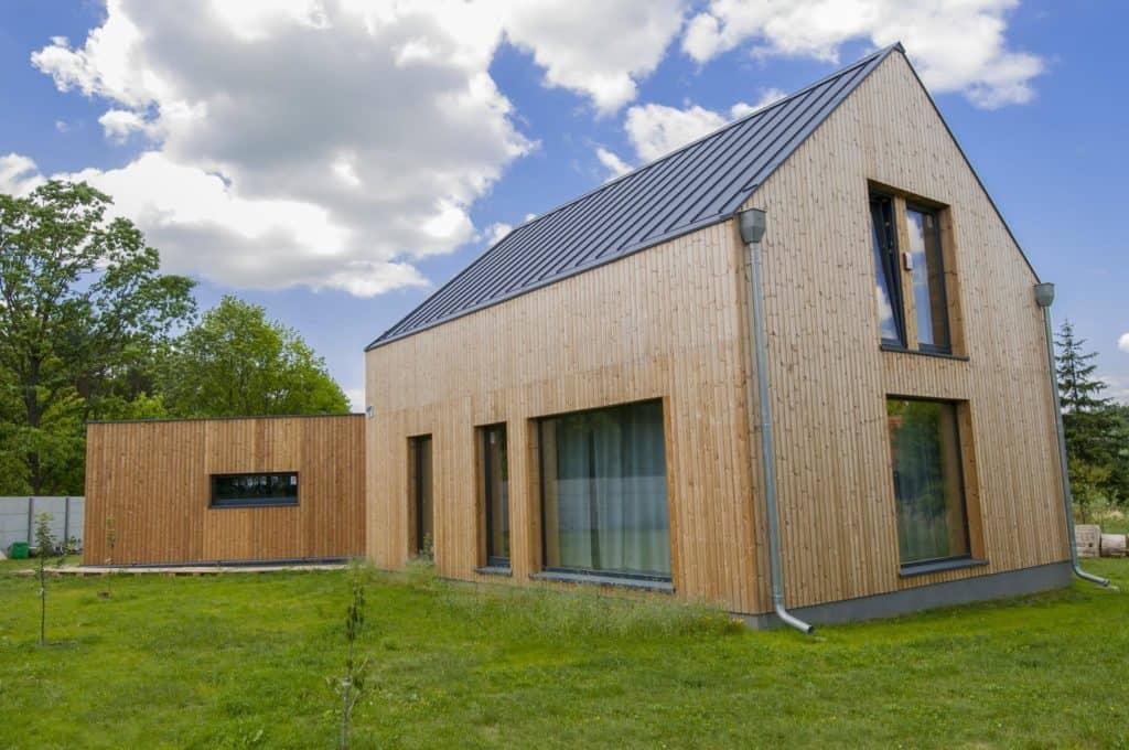 dom z drewnianą elewacją